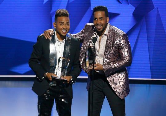 Ozuna, izq., y Romeo Santos ganaron un premio compartido por el tema 'Sobredosis'.