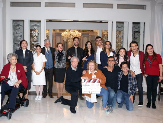 """El elenco y producción de la nueva versión de """"La Usurpadora"""" realizaron el tradicional claquetazo de inicio de grabaciones."""