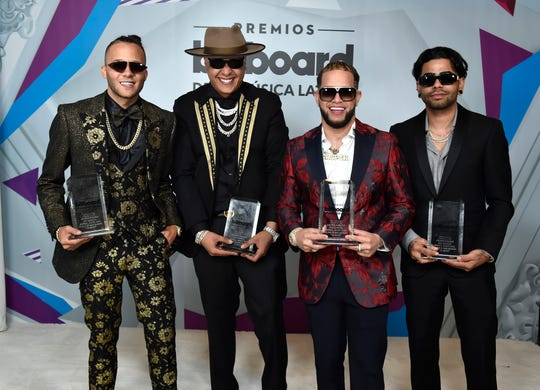 Nio Garcia, Darell, Casper Magico y Young Martino muestran sus premios.