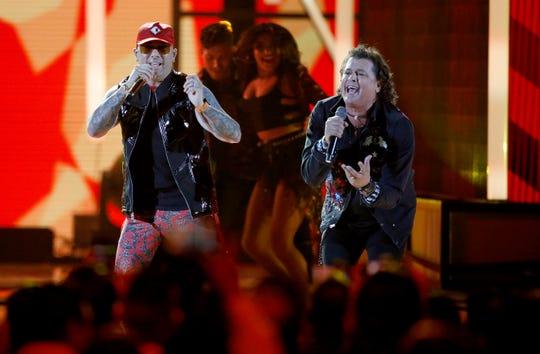 """Wisin, der., y Carlos Vives interpretan """"Si Me Das Tu Amor"""" en los Premios Billboard Latino."""