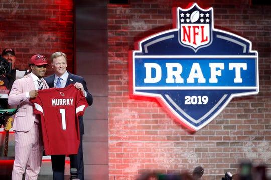 El comisionado de la NFL Roger Goodell presenta a Murray como nuevo jugador de Arizona.