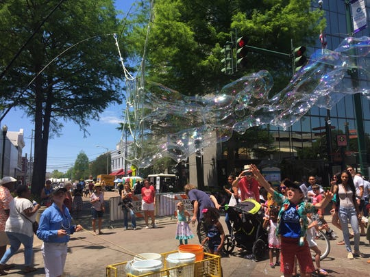 Giant Bubbles during Festival International