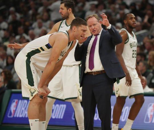 Bucks head coach Mike Budenholzer talks with Bucks center Brook Lopez.