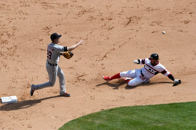 Detroit Tigers shortstop Gordon Beckham forces out Chicago White Sox's Leury Garcia at second base during the seventh inning Sunday.
