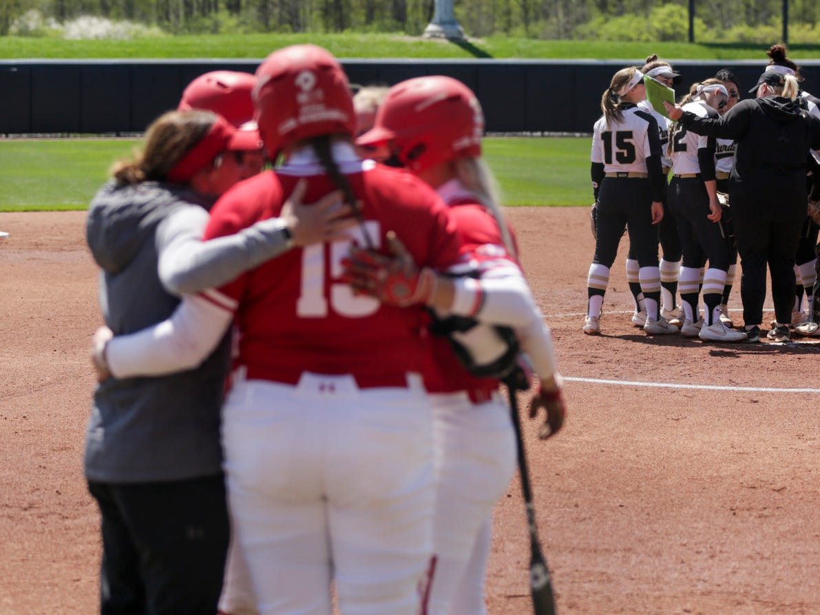 Purdue head coach Boo De Oliveira holds an infield meeting during the third inning of a NCAA softball game, Sunday, April 28, 2019 at Bittinger Stadium in West Lafayette. Wisconsin won, 4-1.