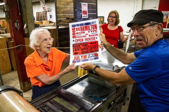 The fun has no age limit! Everyone can print a poster at the Hamilton open house on May 25, 2019.