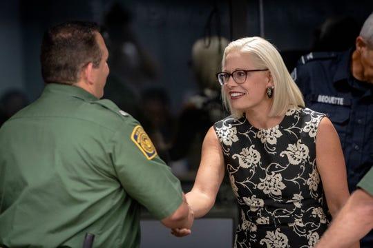 La senadora por Arizona Kyrsten Sinema se reunió con autoridades fronterizas.