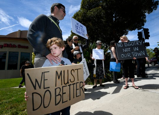 Kyle Fox, de 4 años, y su padre Brady Fox, durante una manifestación en contra del tiroteo.