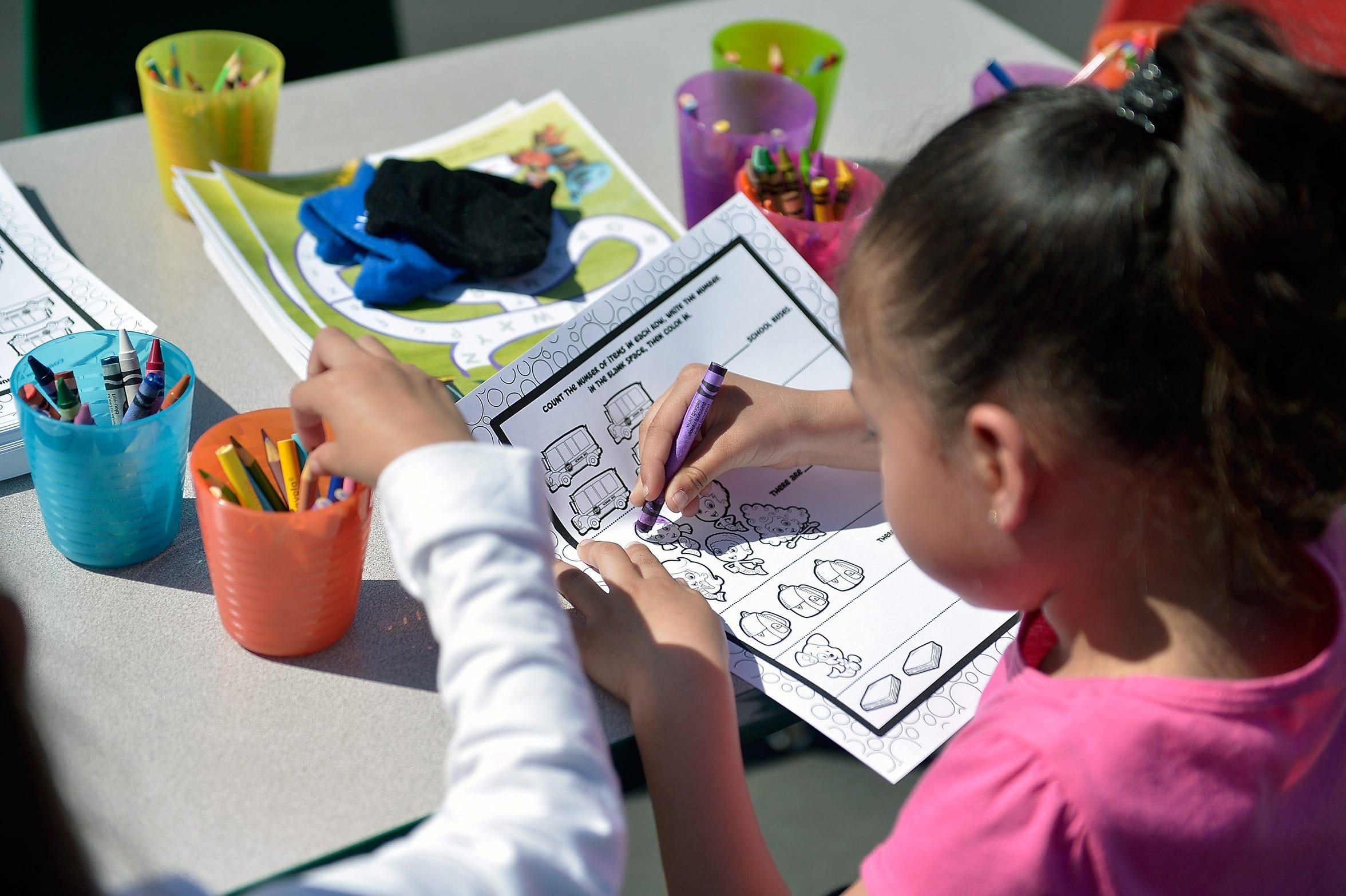Una niña pinta un dibujo en la escuela. Foto archivo.