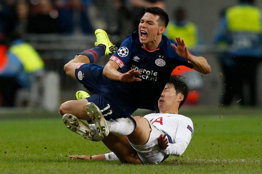 Hirving 'Chucky' Lozano es golpeado por un defensivo rival.
