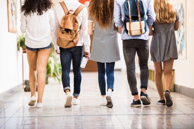 Estudiantes caminan por el pasillo de la escuela. Foto archivo.
