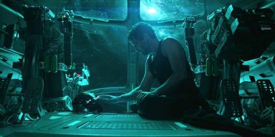 """Fotografía cedida por Marvel Studios donde aparece el actor Robert Downey Jr. en el doble papel de Tony Stark/Iron Man, durante una escena de """"Avengers: Endgame""""."""