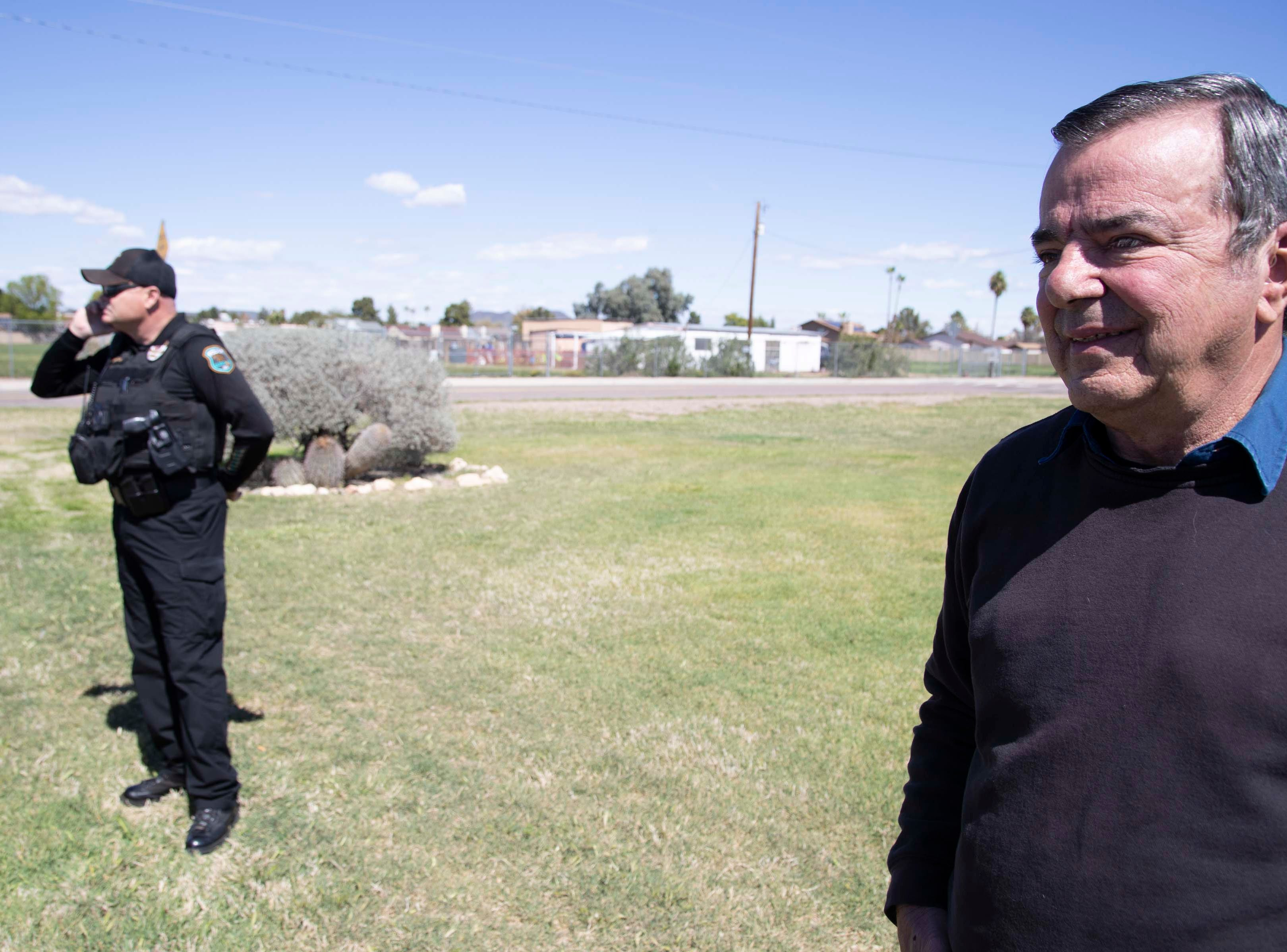 David Giles, a resident of Granada Estates, meets with Glendale Police Officer Chuck Buffington.