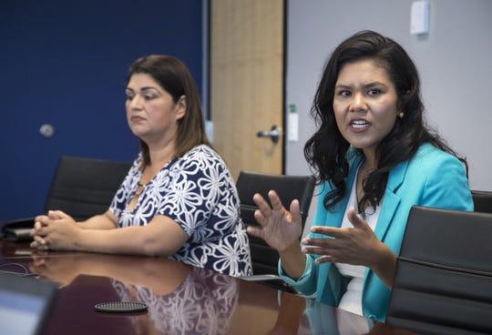 Betty Guardado (izq.) y Vania Guevara durante una reunión con el Consejo Editorial de The Arizona Republic, el 18 de abril de 2019.