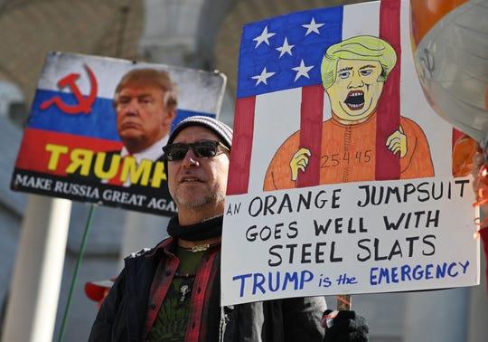 Gente protesta contra la emergencia declarada por el presidente Trump.