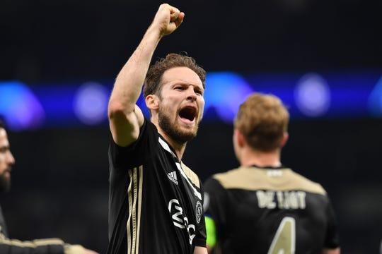 Ajax ya puso un pie en la final del torneo.