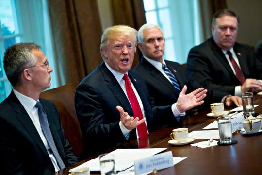 El presidente Donald Trump, junto a Mike Pence y Mike Pompeo.