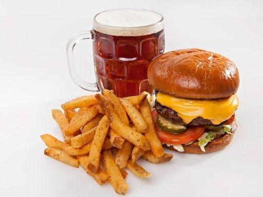 Cold Beers and Cheeseburgers ofrece opciones diferentes de tacos y margaritas.