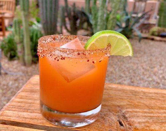 Vaya de fiesta como un largo fin de semana con precios de 'happy hour' durante todo el día en los cócteles de tequila Azunia del 3 al 5 de mayo en el Lon's Last Drop.
