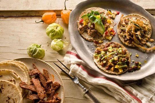 Disfrute de los especiales de comida del 4 al 5 de mayo, como los nachos Taco Guild ($ 2), el tamal de chile verde ($8) y los rancheros de tilapia y camarones ($17).