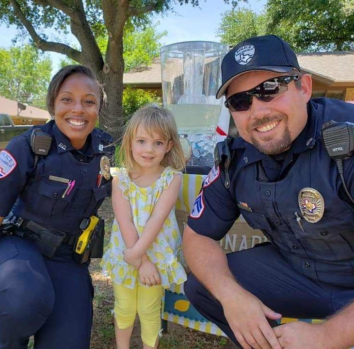 Texas girl uses lemonade stand to raise money for police officers