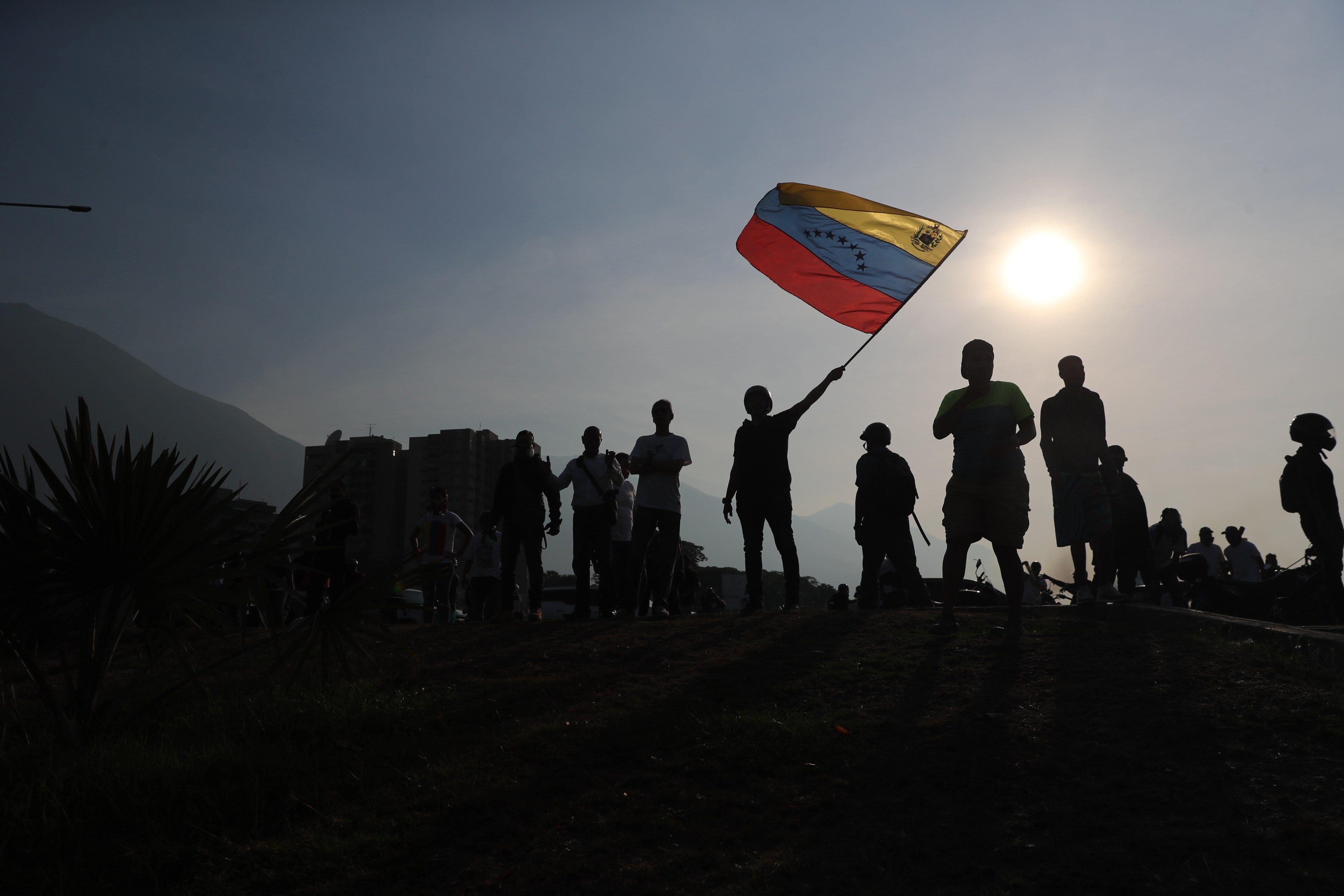 Simpatizantes de Juan Guaidó participan en una protesta en Venezuela.