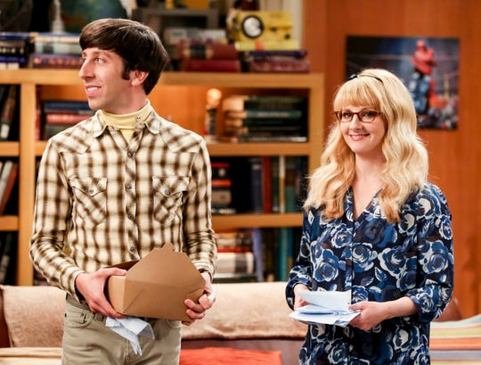 """""""The Plagiarism Schism"""" -- Pictured: Howard Wolowitz (Simon Helberg) and Bernadette (Melissa Rauch). Kripke (John Ross Bowie) has proof that Dr. Pemberton (Sean Astin) plagiarized his thesis in college, and Sheldon and Amy aren\'t sure if they should turn him in or not. Also, Wolowitz is happily surprised to learn that Bernadette wasn\'t the only waitress at the Cheesecake Factory who had a crush on him back in the day, on THE BIG BANG THEORY, Thursday, May 2 (8:00-8:31 PM, ET/PT) on the CBS Television Network. Photo: Michael Yarish/Warner Bros. Entertainment Inc. © 2019 WBEI. All rights reserved."""