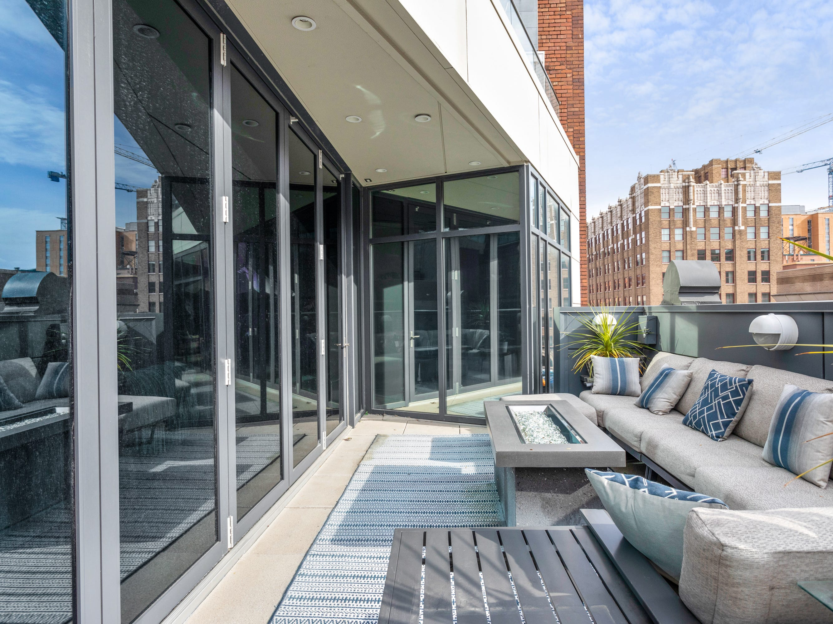 On one of the terraces, a glass wall is made of doors to make the transition from indoors to outdoors seamless.
