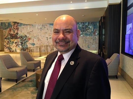 """El director ejecutivo de NALEO, Arturo Vargas, cree que los latinos no están """"dormidos"""", sino que se sienten """"ignorados"""" por las campañas políticas que concentran su interés y propuestas en unos estados donde las elecciones son reñidas, pero que no son en los que vive la mayoría de los votantes hispanos."""