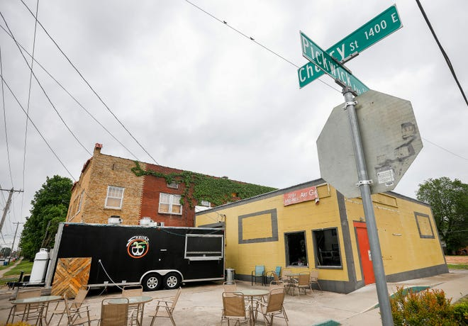 Skully's Food Truck will be moving into the former Josh Mitchell Art Gallery building at the corner of Cherry Street and Pickwick Avenue. The intersection will also soon be home to The Royal music hall. Immediately to the west, a pair of retail shops may move in; while Team Taco is expected to open one block to the east.