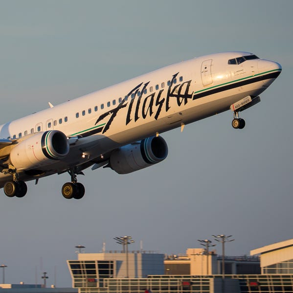 An Alaska Airlines Boeing 737-900 takes off from Dallas-Fort Worth International Airport in April 2019.