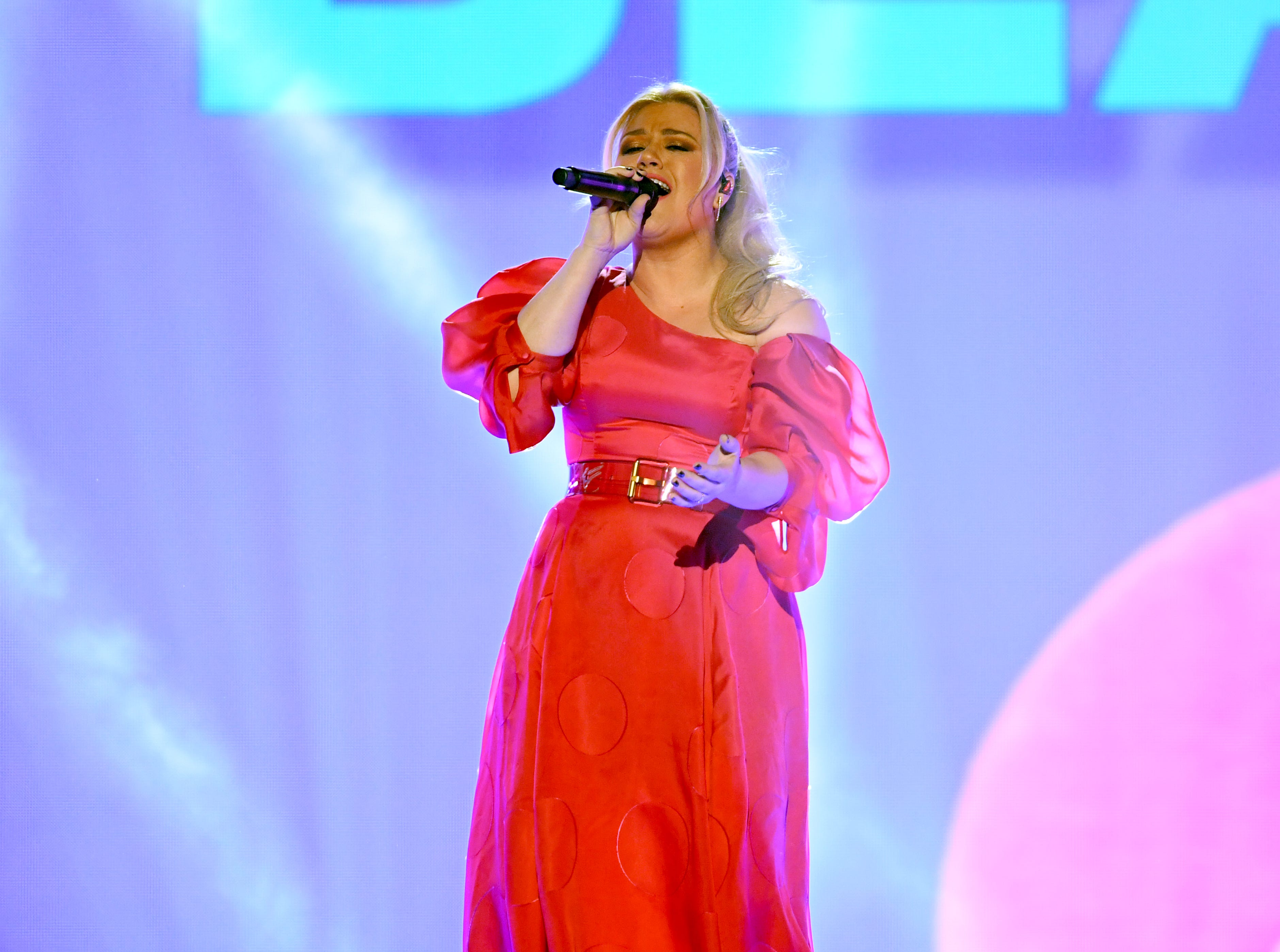 Host Kelly Clarkson performs onstage during the 2019 Billboard Music Awards at MGM Grand Garden Arena on May 01, 2019 in Las Vegas, Nevada.