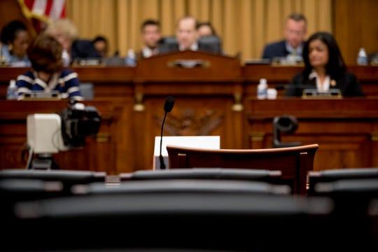 El representante Rhode Island David Cicilline se asomó bajo el escritorio, a manera de broma, como para asegurarse de que Barr no estuviera allí.