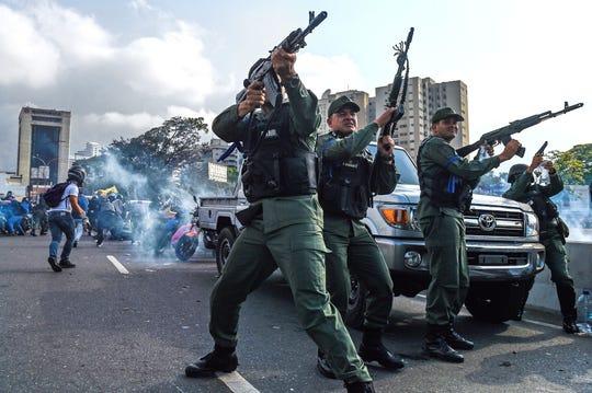 La Carlota en Caracas en abril 30, 2019. - Juan Guaidó dijo el martes que las tropas se habían unido a su campaña para derrocar al presidente Nicolas Maduro mientras el gobierno se comprometía a dejar de lado lo que llamó un intento de golpe de estado.