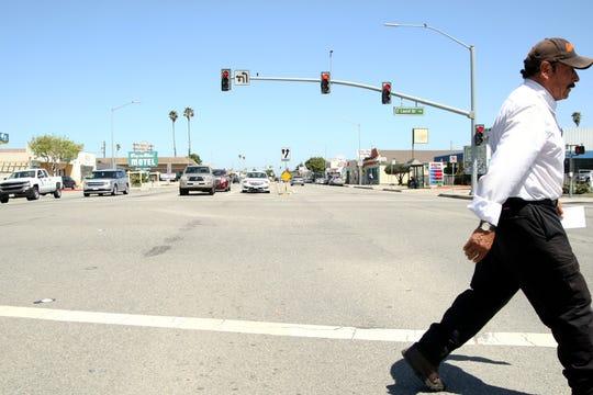 Un hombre cruza la intersección de Laurel Drive y N. Main St. el 2 de mayo de 2019.