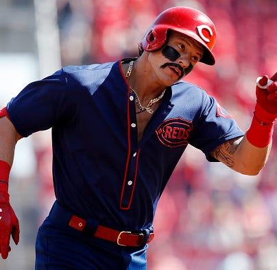 Derek Dietrich has fun with GABP bee delay at Cincinnati Reds-San Francisco Giants game