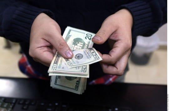 Al mayoreo, la divisa estadounidense gana 7.70 centavos, a 18.9960 pesos a la venta, y 19.9860 a la compra.