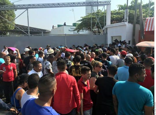Afuera del Instituto Nacional de Migración, en Tapachula, Chiapas entre mil 500 y 2 mil migrantes, entre cubanos y centroamericanos, aguardan para iniciar sus trámites para quedarse en México o continuar su camino a  Estados Unidos.