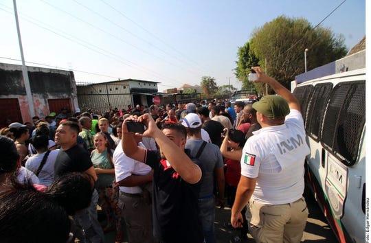 La sede del Instituto Nacional de Migración, en Tapachula, Chiapas fue remozada y la reja exterior fue cambiada por un sólido portón.