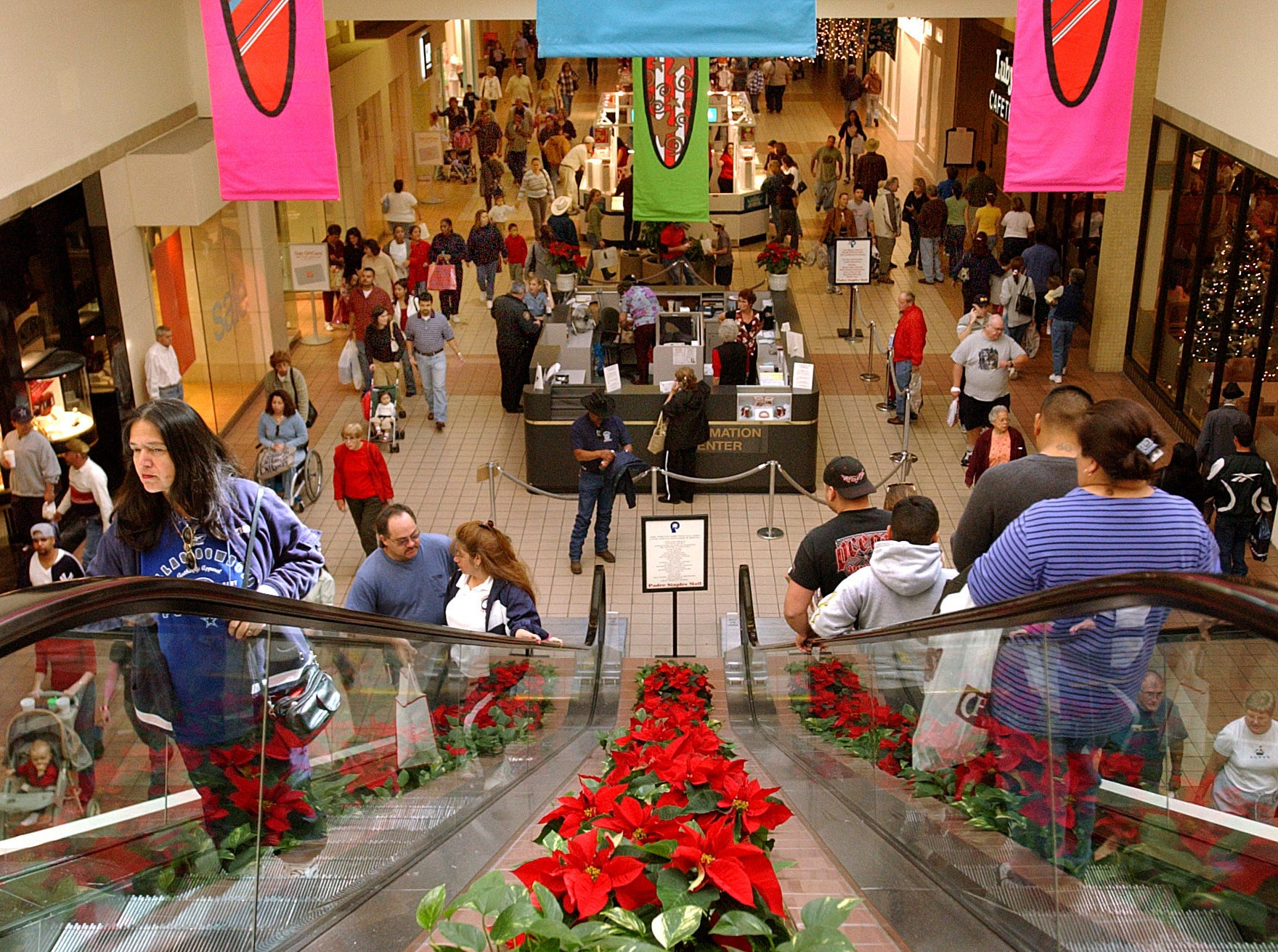 Christmas shopping crowds at Padre Staples Mall in Corpus Christi on Dec. 18, 2004.