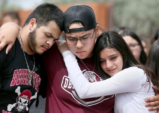 De izquierda a derecha, Marcell Ibarra, de 18 años, Daffne Anselmo, de 16, y Jamilet Fragoso, de 16, se consuelan entre sí después de hablar con su buen amigo Thomas Torres, un estudiante de la escuela secundaria Desert View que fue detenido por la Patrulla Fronteriza el 2 de mayo después de una inspección de tránsito por parte del Departamento de Policía del condado Pima, en Tucson, Arizona, el lunes 6 de mayo de 2019.