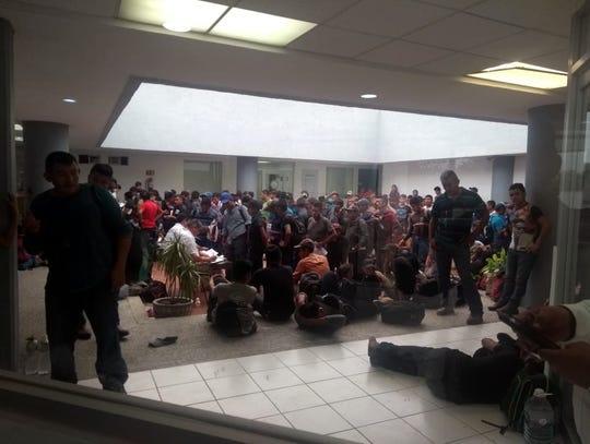 A hora y media de llegar a su destino en la frontera de Tamaulipas, agentes federales aseguraron ayer a 287 migrantes centroamericanos que viajaban hacinados desde hace varios días en el interior de las cajas de dos tráileres.