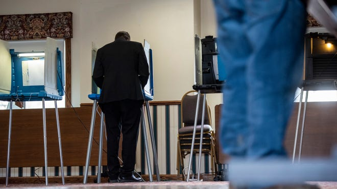A man fills out his ballot in St. Clair's Ward 3 polling place at Pine Shores Golf Club during the May 2019 election.