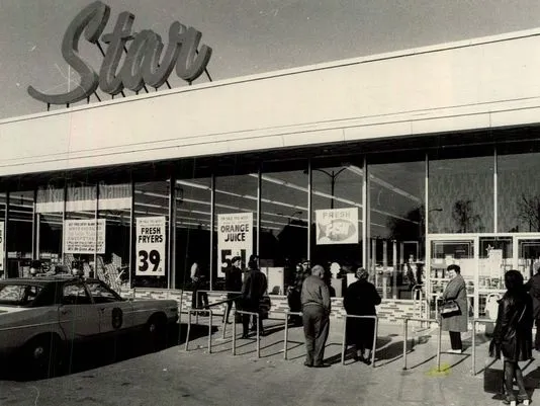 Customers outside Star market on North Clinton Avenue in 1974.