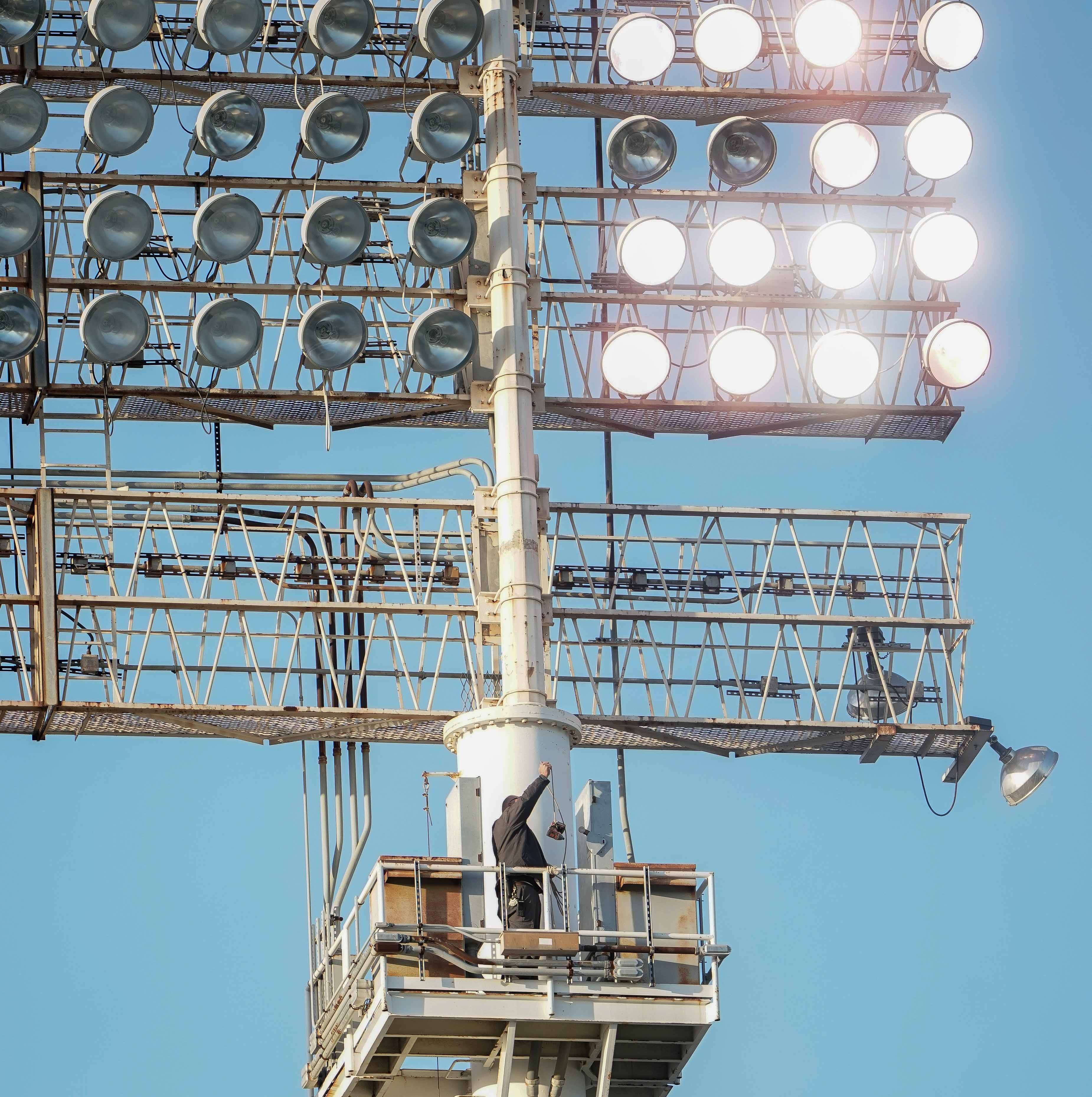 Cincinnati Reds-Oakland A's delayed 98 minutes because of a lighting malfunction