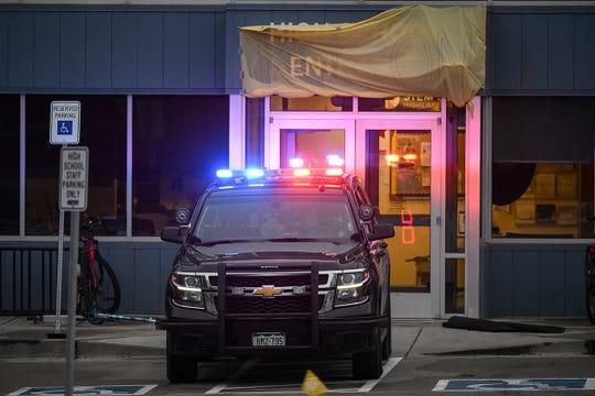 Un vehículo policial se estaciona frente a la entrada de la escuela STEM Highlands Ranch el 8 de mayo de 2019 en Highlands Ranch, Colorado, un día después de que un tiroteo mató a un estudiante e hirió a otros ocho. Dos estudiantes fueron detenidos después del tiroteo.