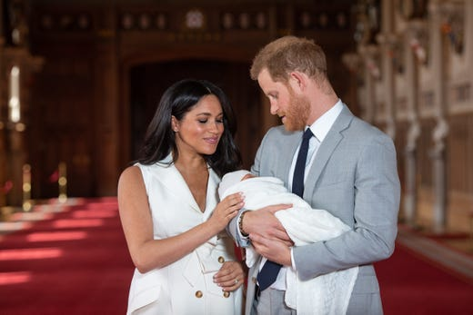 WINDSOR, ENGLAND - MAY 08: Prince Harry, Duke of Sussex and Meghan, Duchess of Sussex, pose with their newborn son during a photocall in St George's Hall at Windsor Castle on May 8, 2019 in Windsor, England. The Duchess of Sussex gave birth at 05:26 on Monday 06 May, 2019. (Photo by Dominic Lipinski - WPA Pool/Getty Images) ORG XMIT: 775338628 ORIG FILE ID: 1142164440