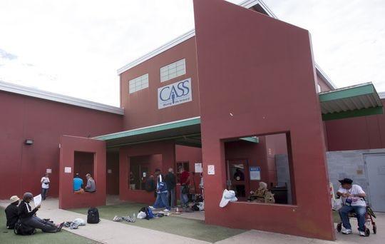 Las personas sin hogar esperan ser admitidos en los Servicios de Albergues de Arizona Central en Phoenix el 18 de febrero de 2016.