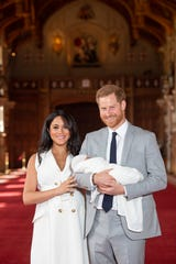 WINDSOR, ENGLAND - MAY 08: Prince Harry, Duke of Sussex and Meghan, Duchess of Sussex, pose with their newborn son Archie Harrison Mountbatten-Windsor during a photocall in St George's Hall at Windsor Castle on May 8, 2019 in Windsor, England. The Duchess of Sussex gave birth at 05:26 on Monday 06 May, 2019. (Photo by Dominic Lipinski - WPA Pool/Getty Images) ORG XMIT: 775335686 ORIG FILE ID: 1142161858