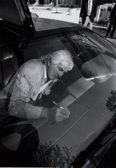 John DeLorean autographs one of his cars in Southfield on Sept.  1, 1988.  JOHN COLLIER/DETROIT FREE PRESS
